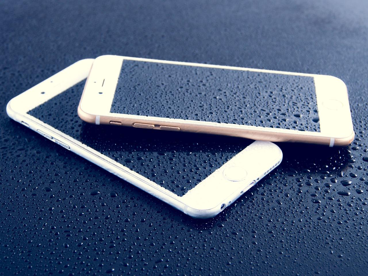 Dwa telefony iPhone.