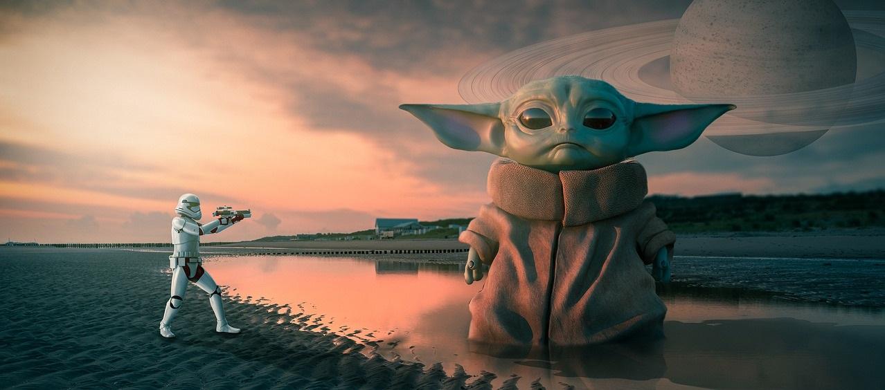 Baby Yoda na plaży. Obok mały szturmowiec, a w tle obca planeta.