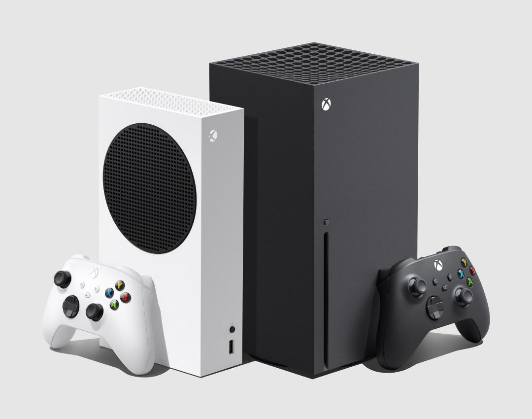 Konsole XBOX Series S|X wraz z padami na białym tle