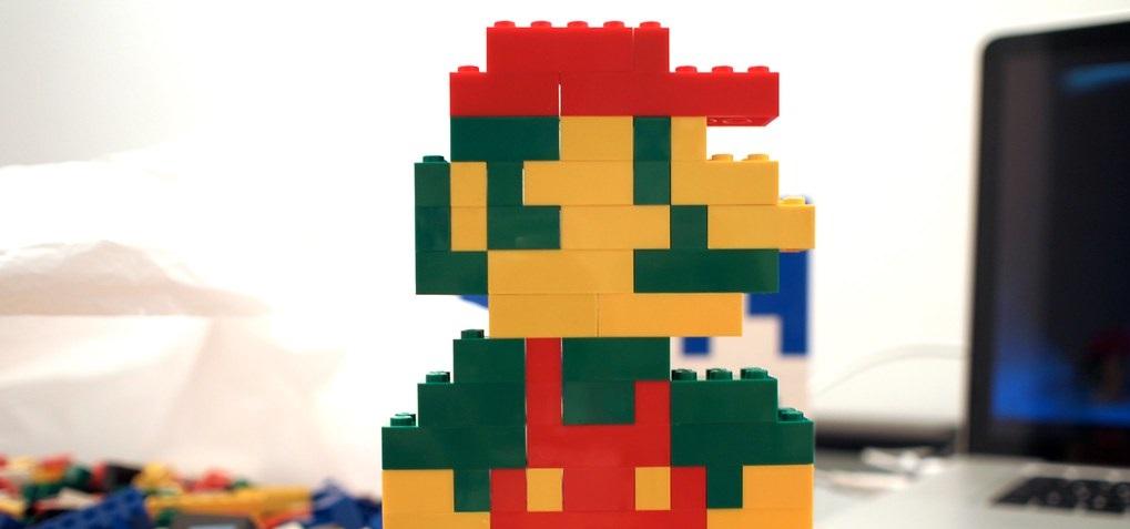 Mario zbudowany z klocków LEGO.