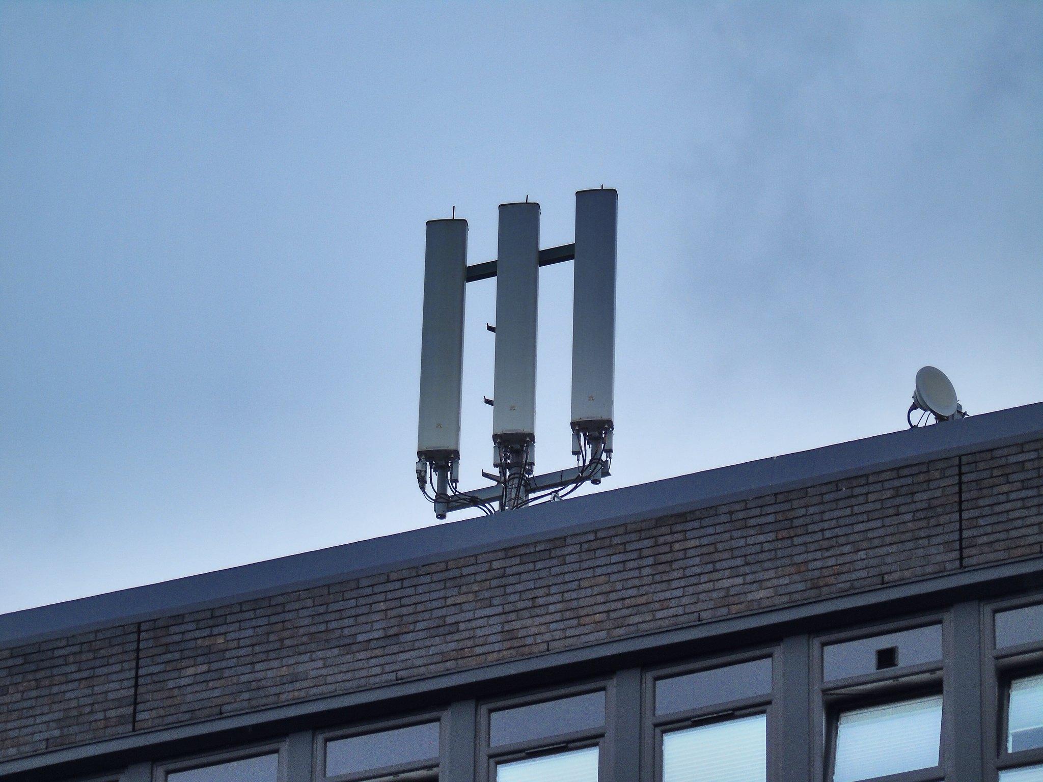 Maszt 5G na budynku