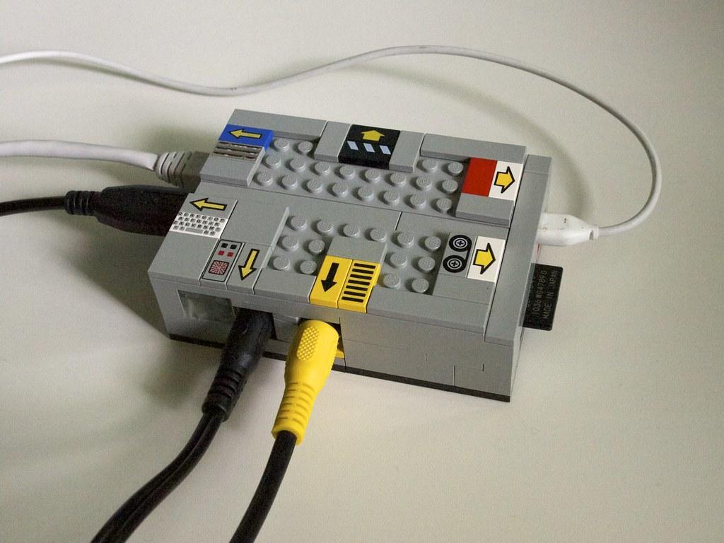 Komputer Raspberry Pi w obudowie zrobionej z klocków LEGO.
