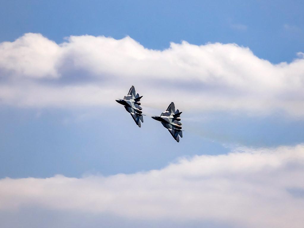 Dwa myśliwce Su-57 w locie.