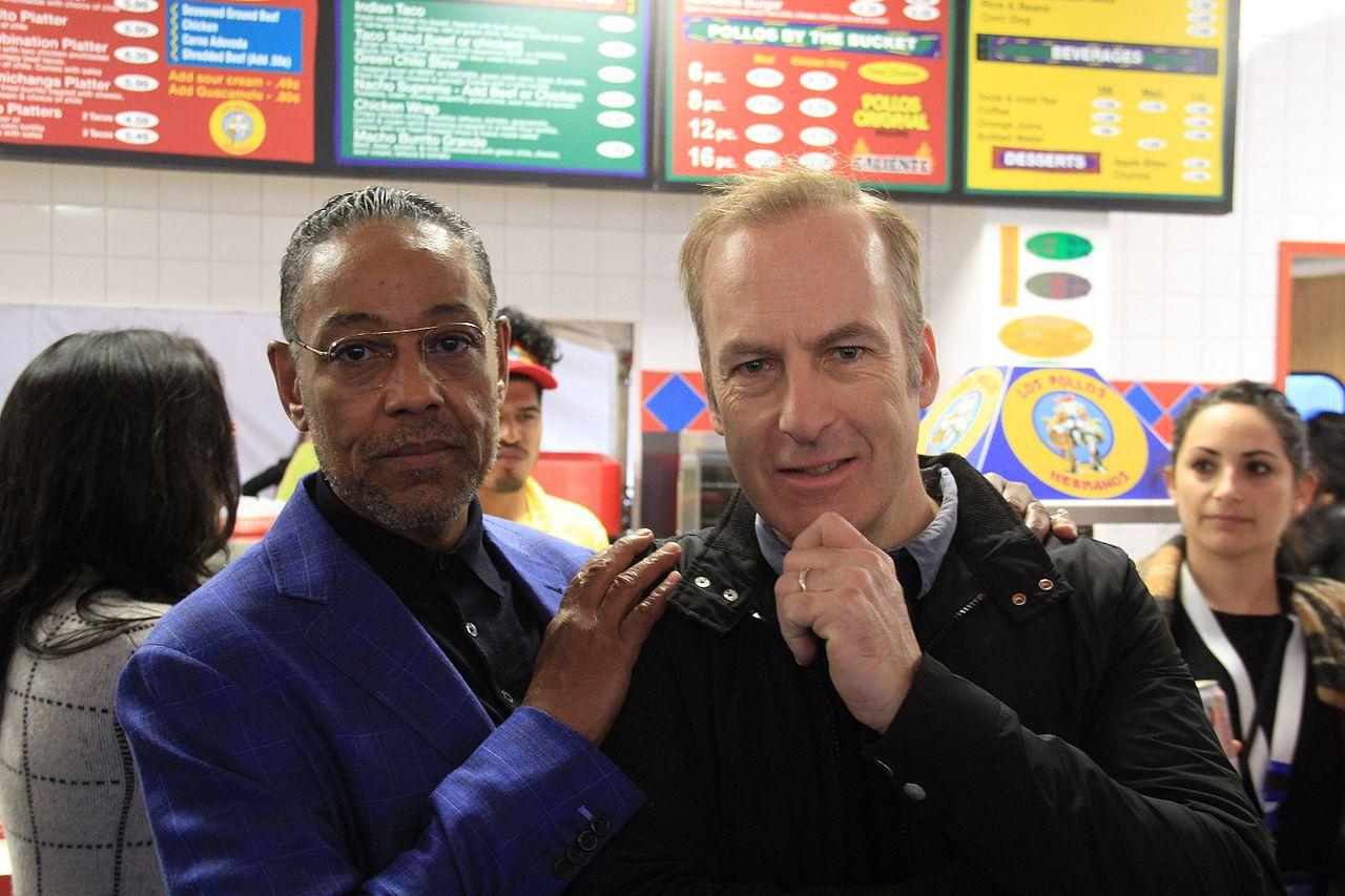 Giancarlo Esposito (odtwórca roli Gustavo Fringa) oraz Bob Odenkirk (odtwórca roli Saula Goodmana) w restauracji Los Pollos Hermanos.