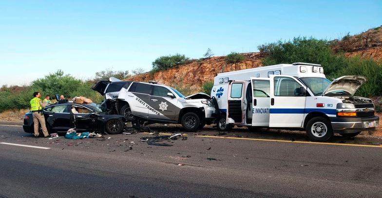Zdjęcie wypadku, w którym Tesla S wjechała w radiowóz policyjny w Arizonie.