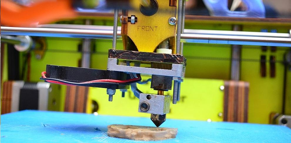 Drukarka 3D w trakcie pracy.