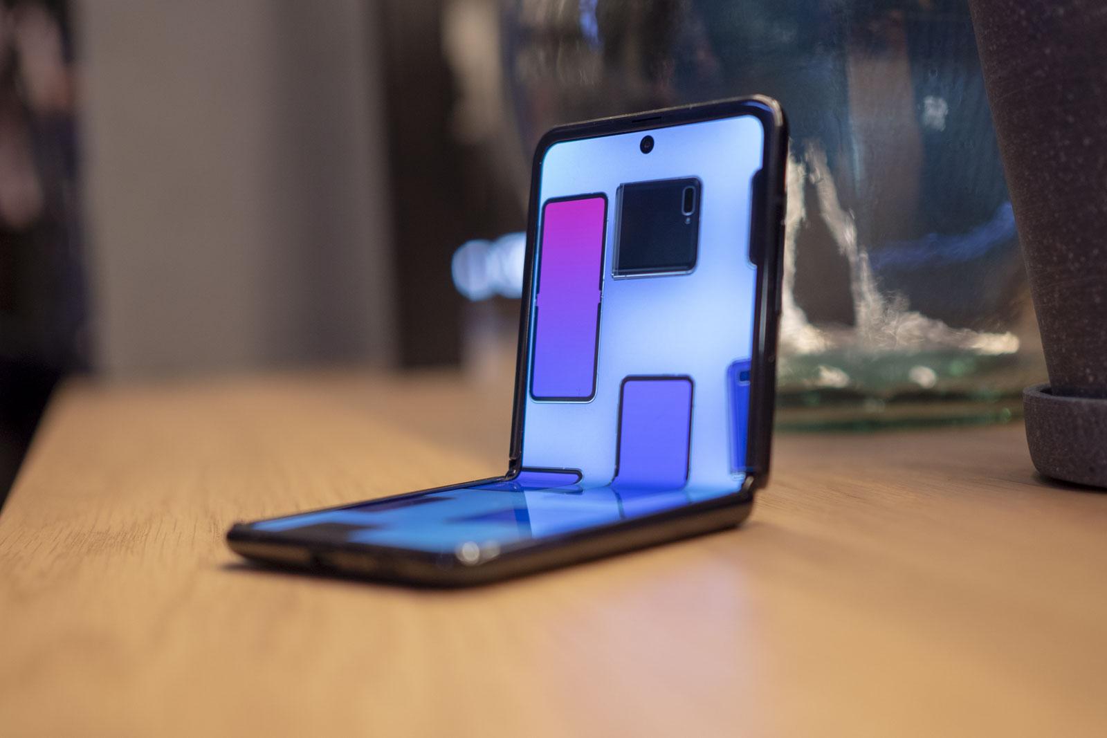 Samsung Galaxy Z w pozycji siedzącej na stole