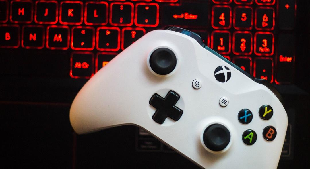 Kontroler Xbox One i klawiatura