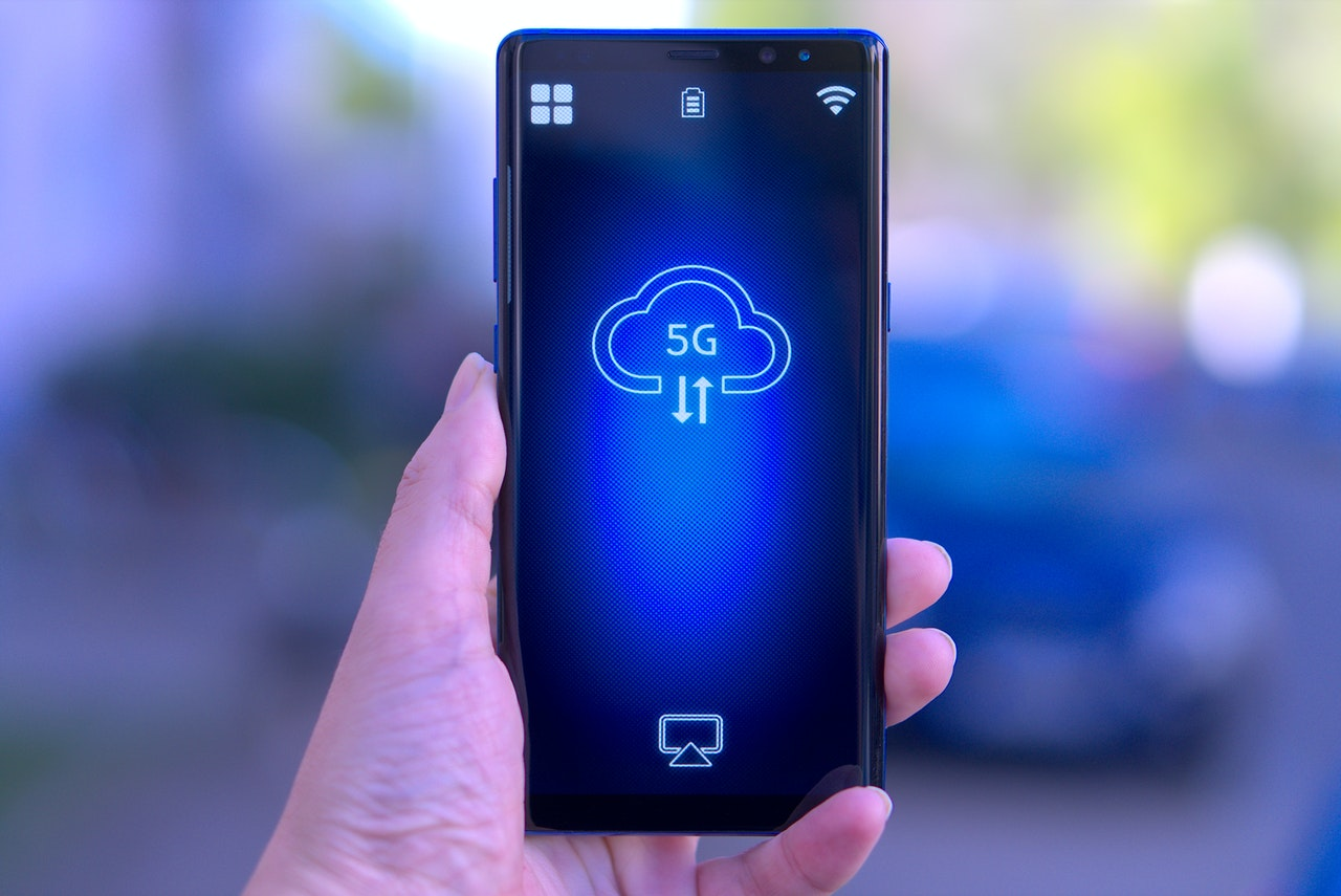 Smartfon korzystający z funkcji 5G