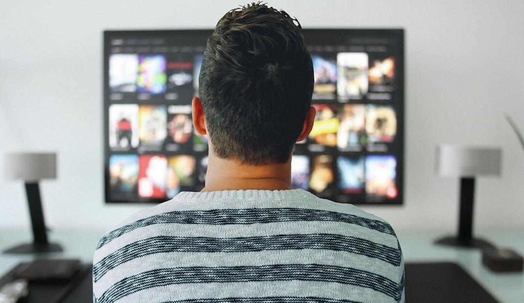 Mężczyzna oglądający Netflixa