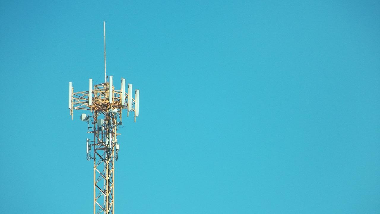 Antena telekomunikacyjna na tle nieba.