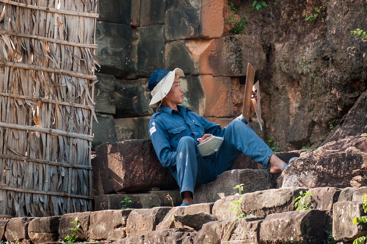 Chiński archeolog podczas pracy.