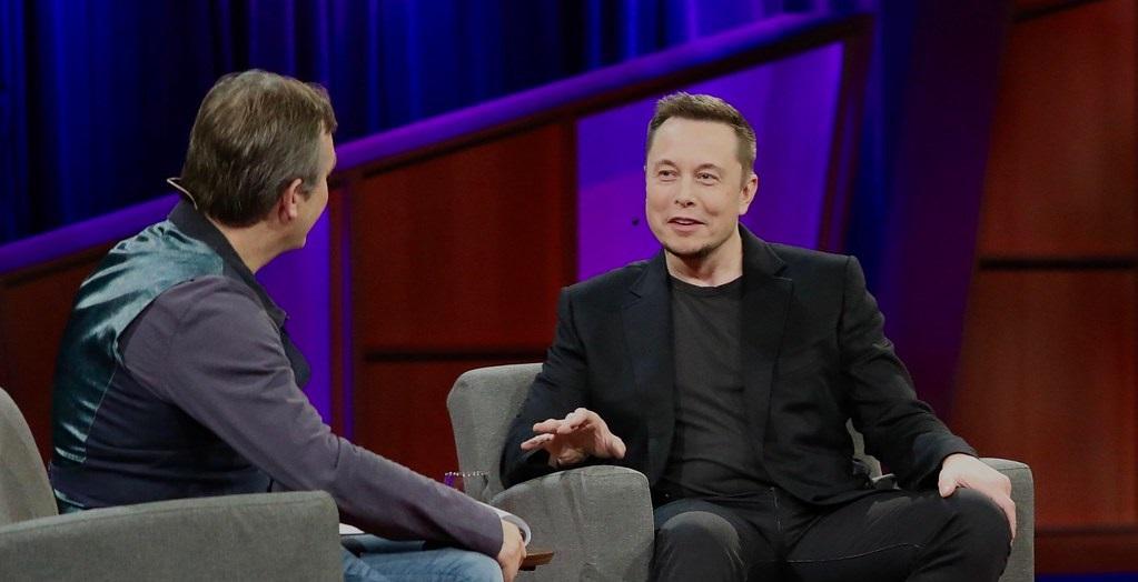 Elon Musk w trakcie wywiadu na konferencji.