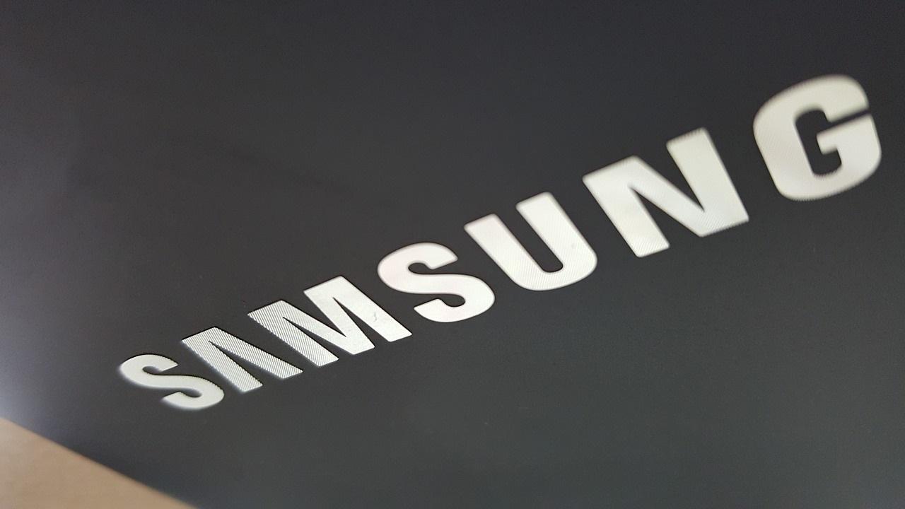 Logo Samsunga na kartonie.