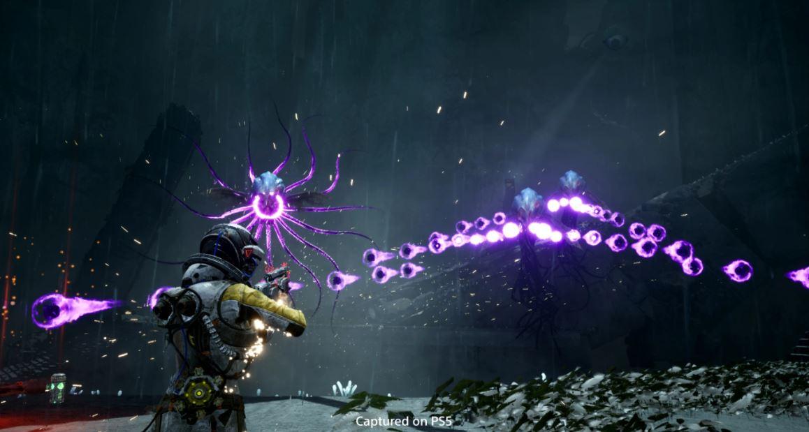 Screen z Returnal przedstawiający mierzenie postaci do fioletowych kul
