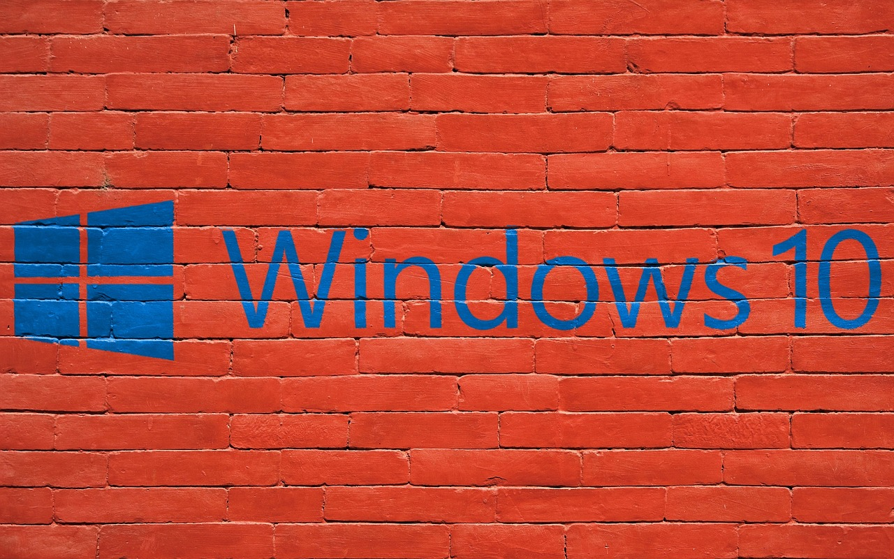 Ściana z cegieł z błękitnym logiem systemu Windows 10.