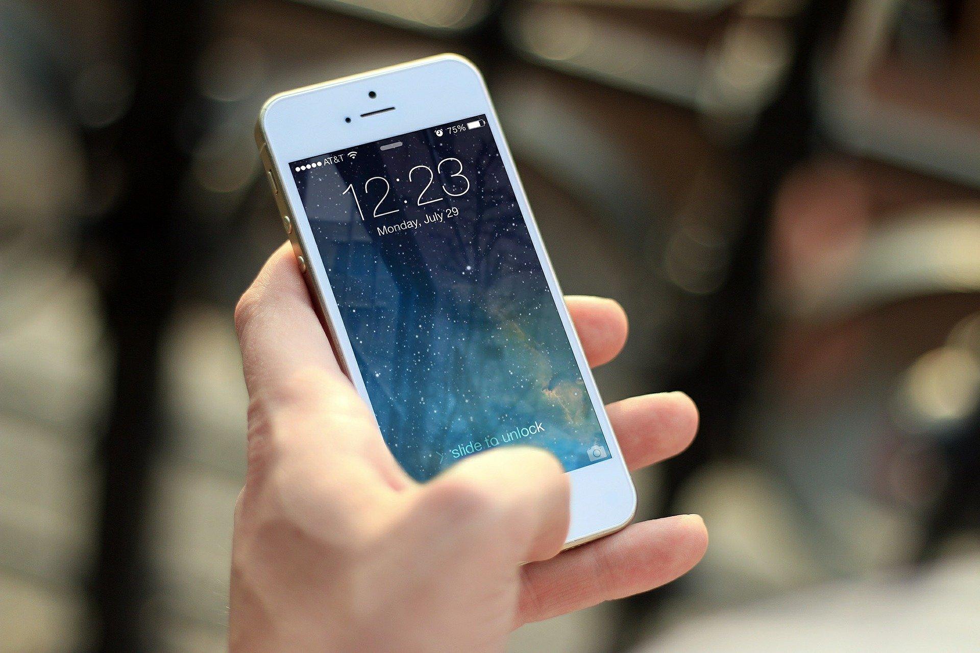 iPhone w ręku
