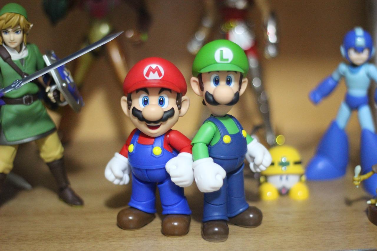 Figurki z gier produkcji Nintendo. Mario i Luigi na pierwszym planie, w tle Link, MegaMan.