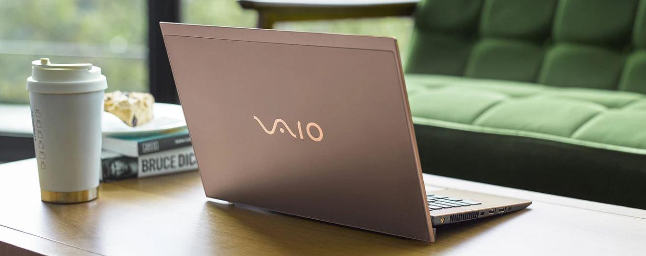 Laptop VAIO SX 14 otwarty na stole w środowisku domowym