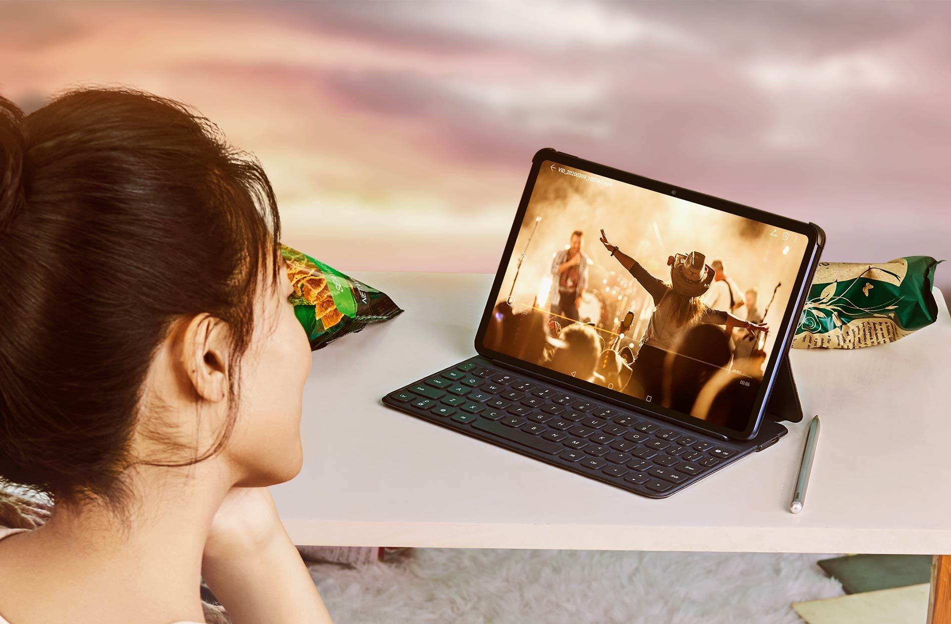 Kobieta oglądająca koncert na tablecie Huawei MatePad.