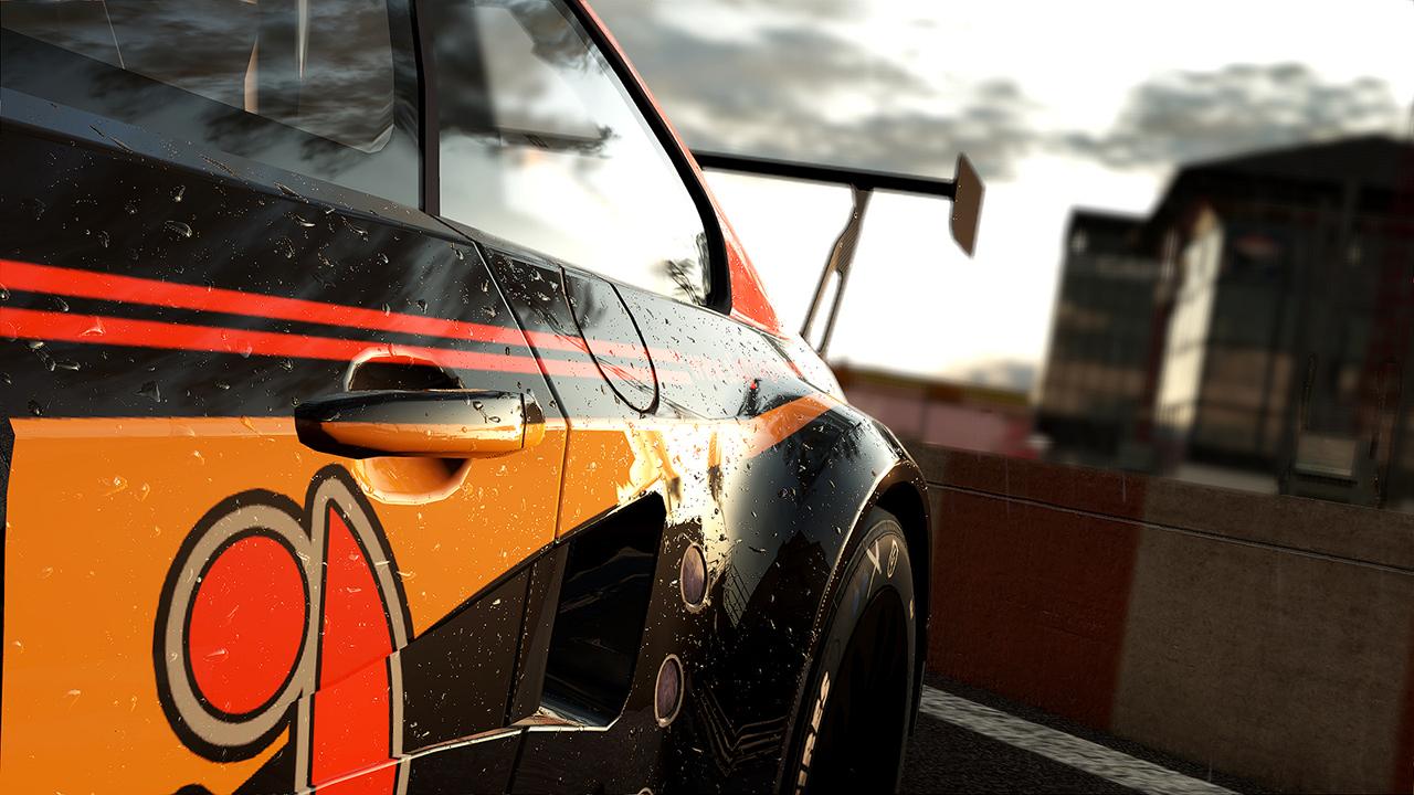 Zbliżenie na bok pomarańczowo-czarnego samochodu wyścigowego