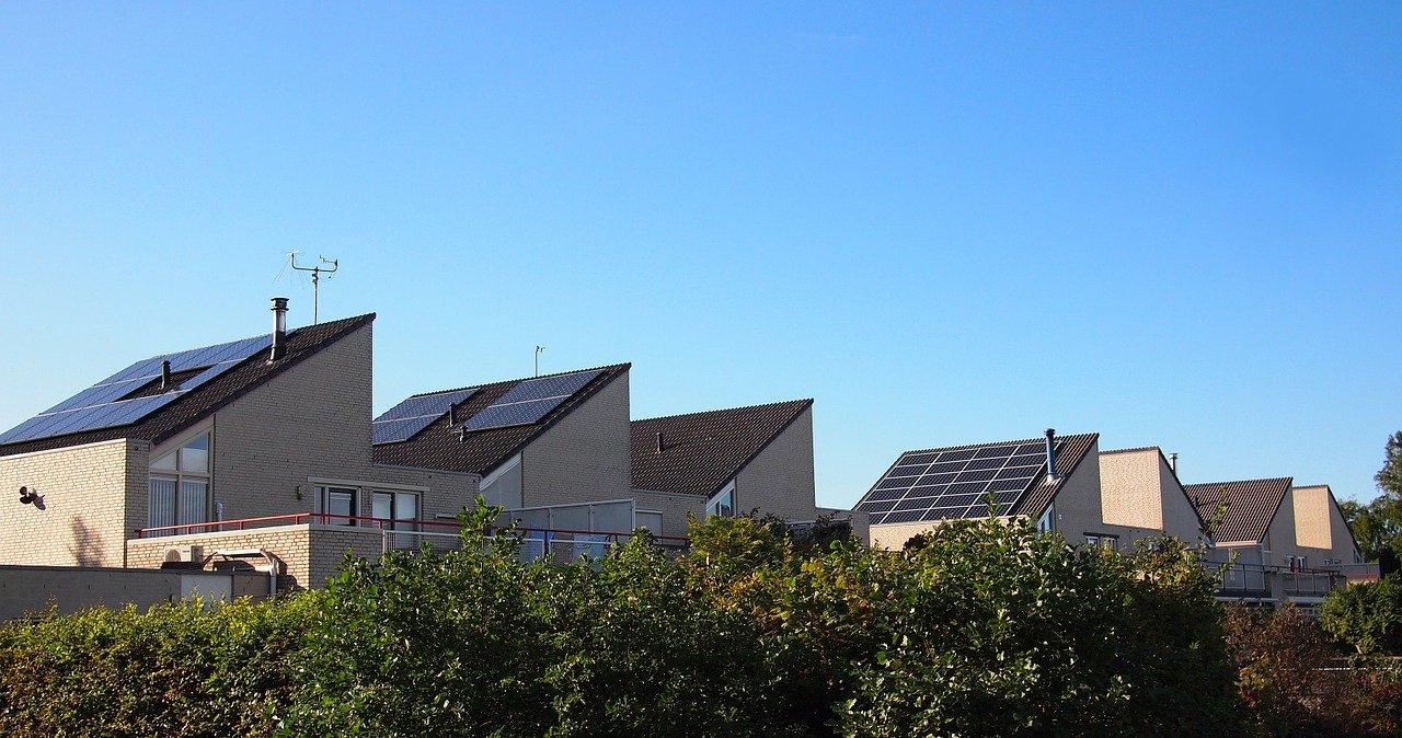 Domki z panelami fotowoltaicznymi na dachach.