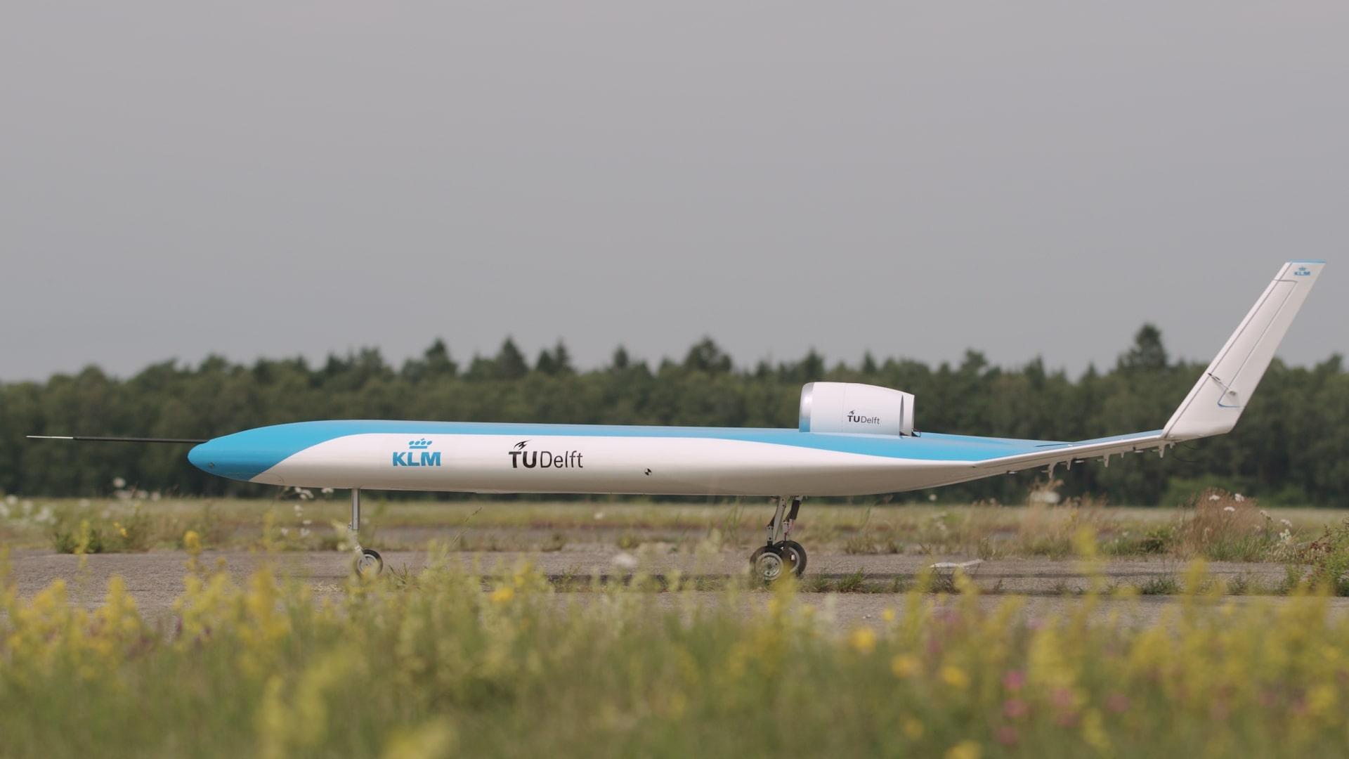 Model samolotu Flying-V na pasie startowym