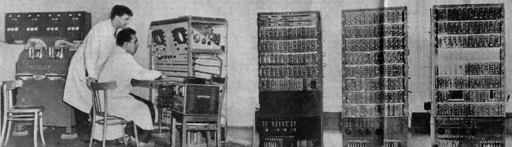 Komputer XYZ i naukowcy, którzy z niego korzystają.