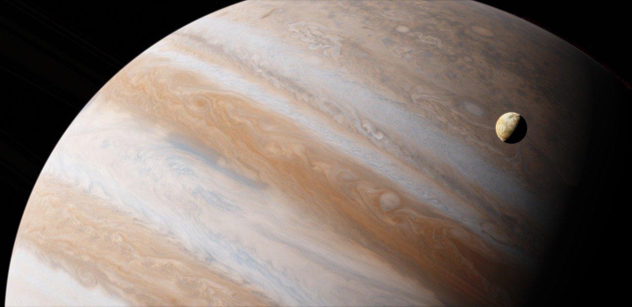 Jowisz widziany z oddali. Na pierwszy planie księżyc Europa.