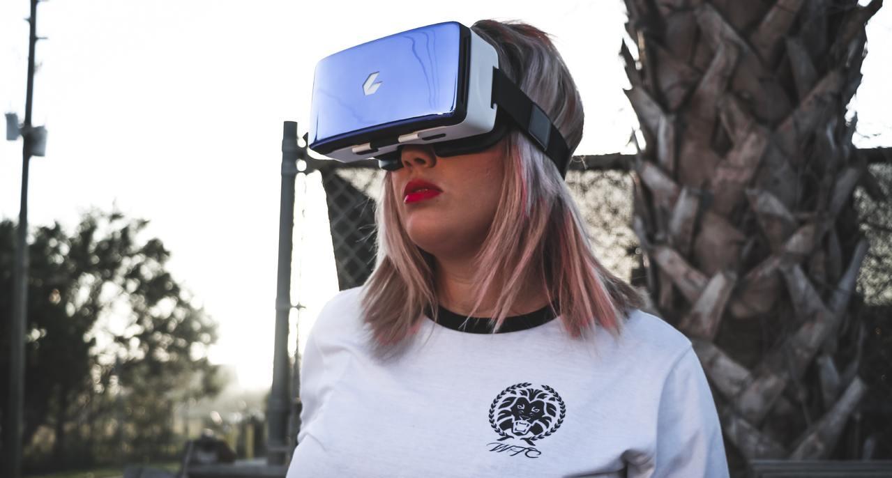 Kobieta w okularach VR.