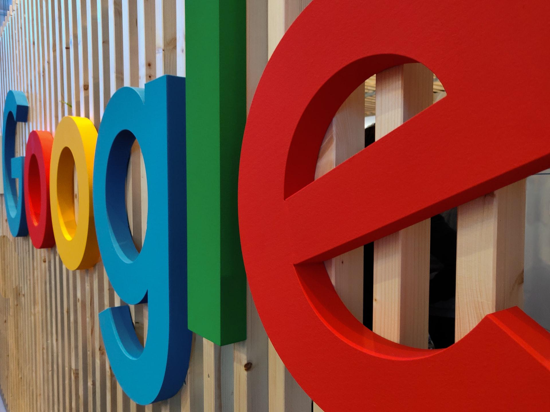 logo Google na ścianie