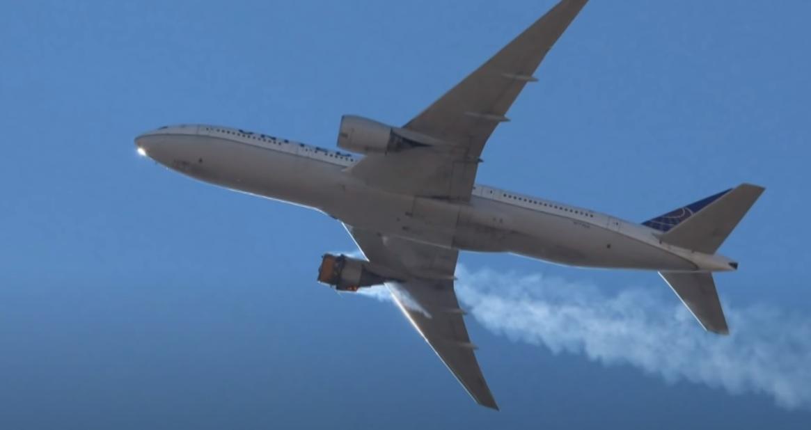 Boeing 777 z płonącym silnikiem