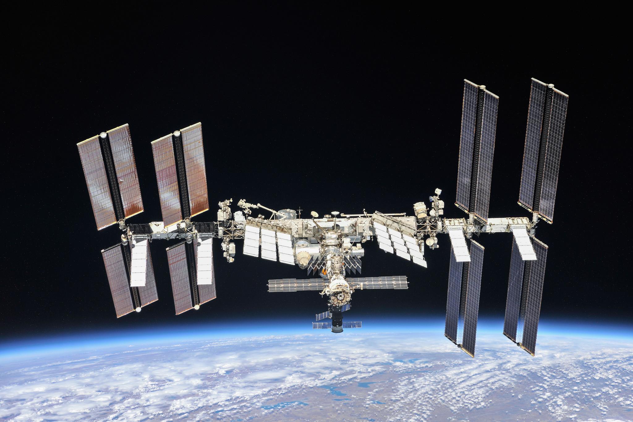 Zdjęcie satelity NASA na tle przestrzeni kosmicznej i skrawka Ziemi
