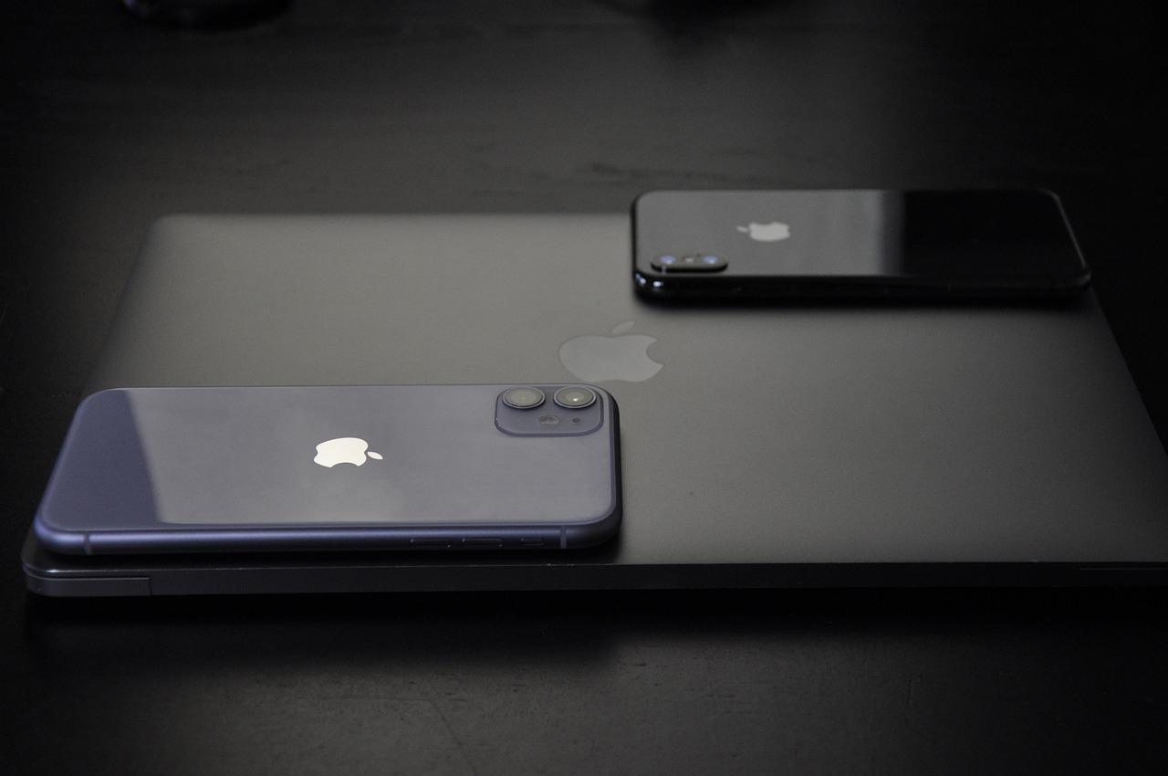 Smartfony iPhone na MacBooku