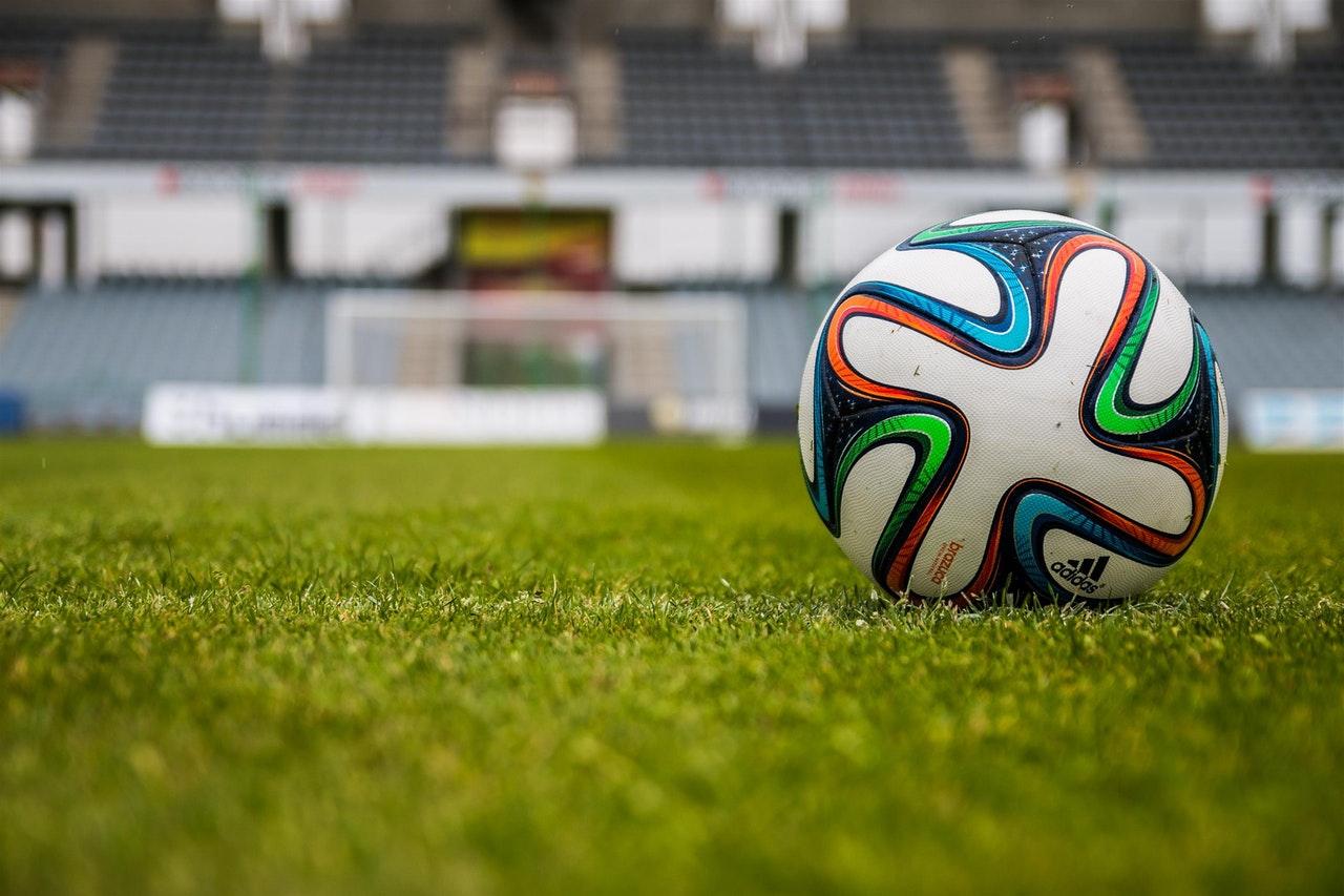 Piłka adidasa na boisku piłkarskim.