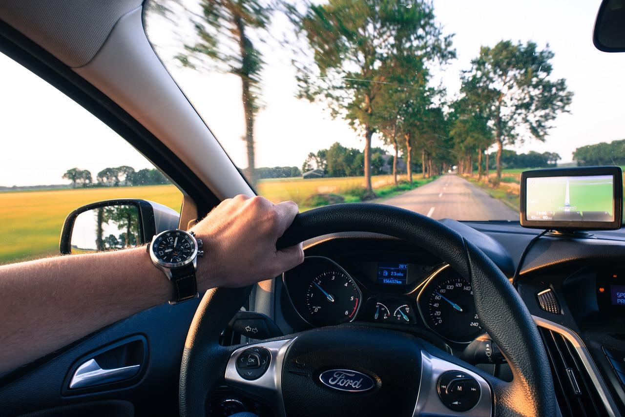 Kierowca podczas jazdy samochodem.