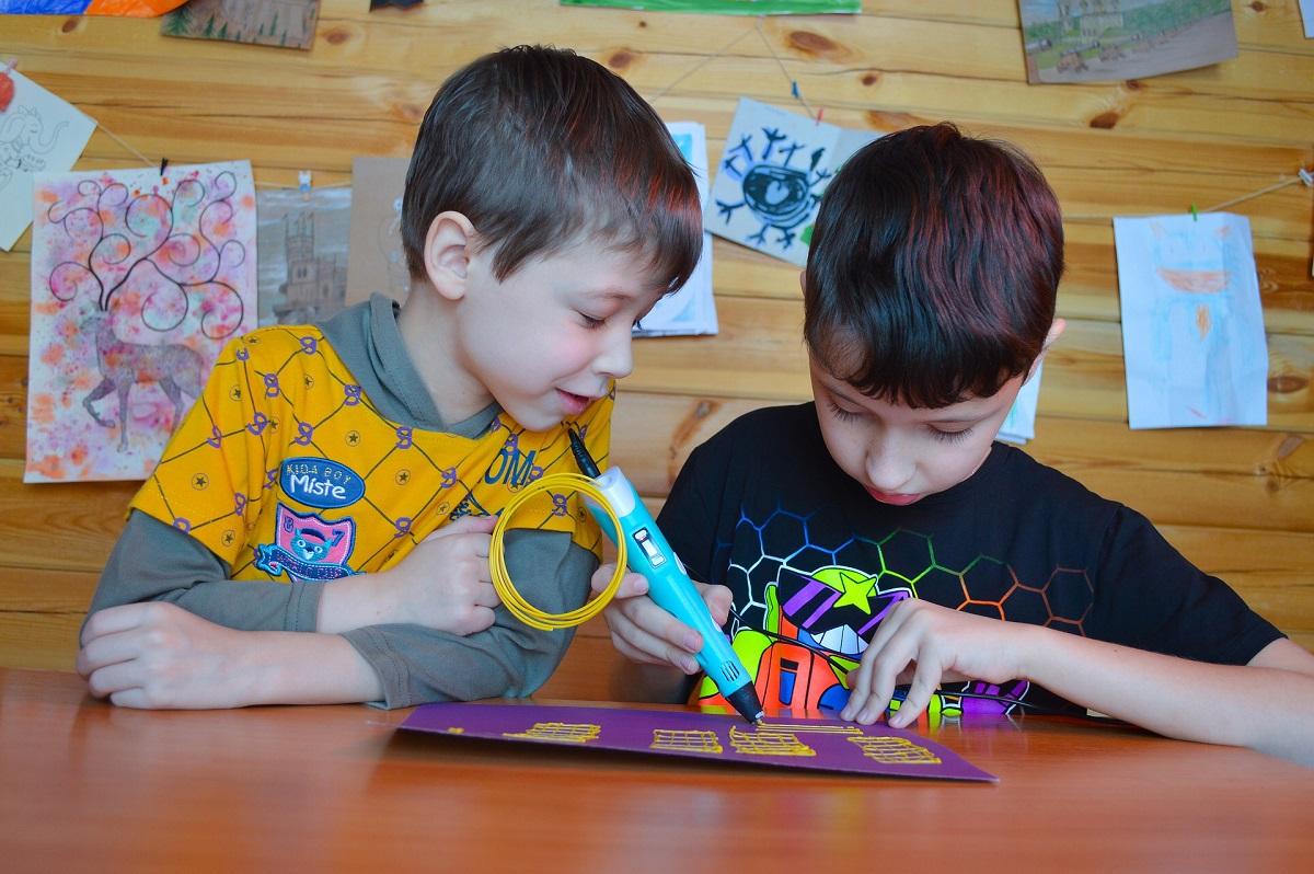 Dzieci z długopisem 3D