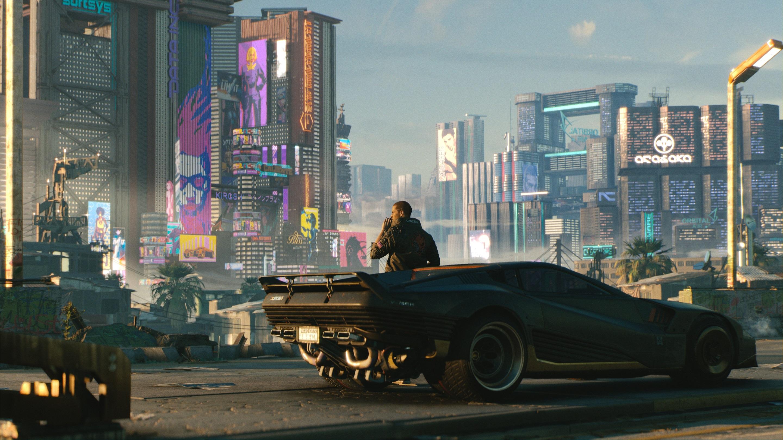 Postać gracza przy aucie w Cyberpunk 2077 z Night City w tle