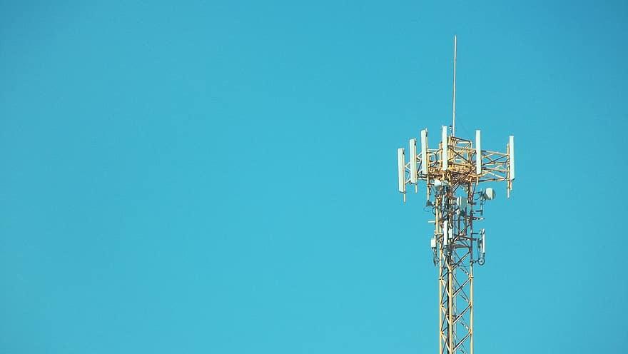 Maszt 5G na tle nieba.