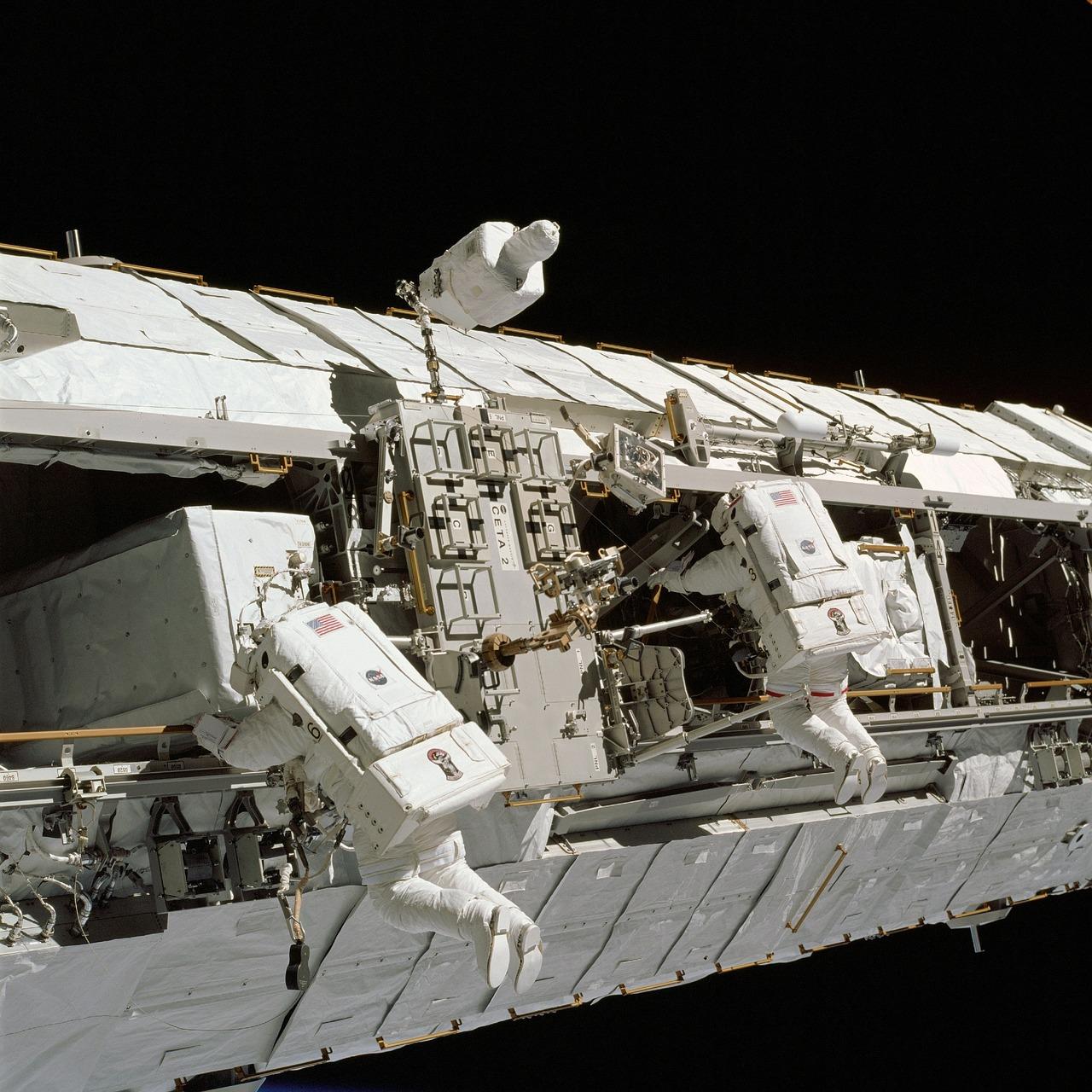 Astronauci Międzynarodowej Stacji Kosmicznej podczas prac w przestrzeni kosmicznej.