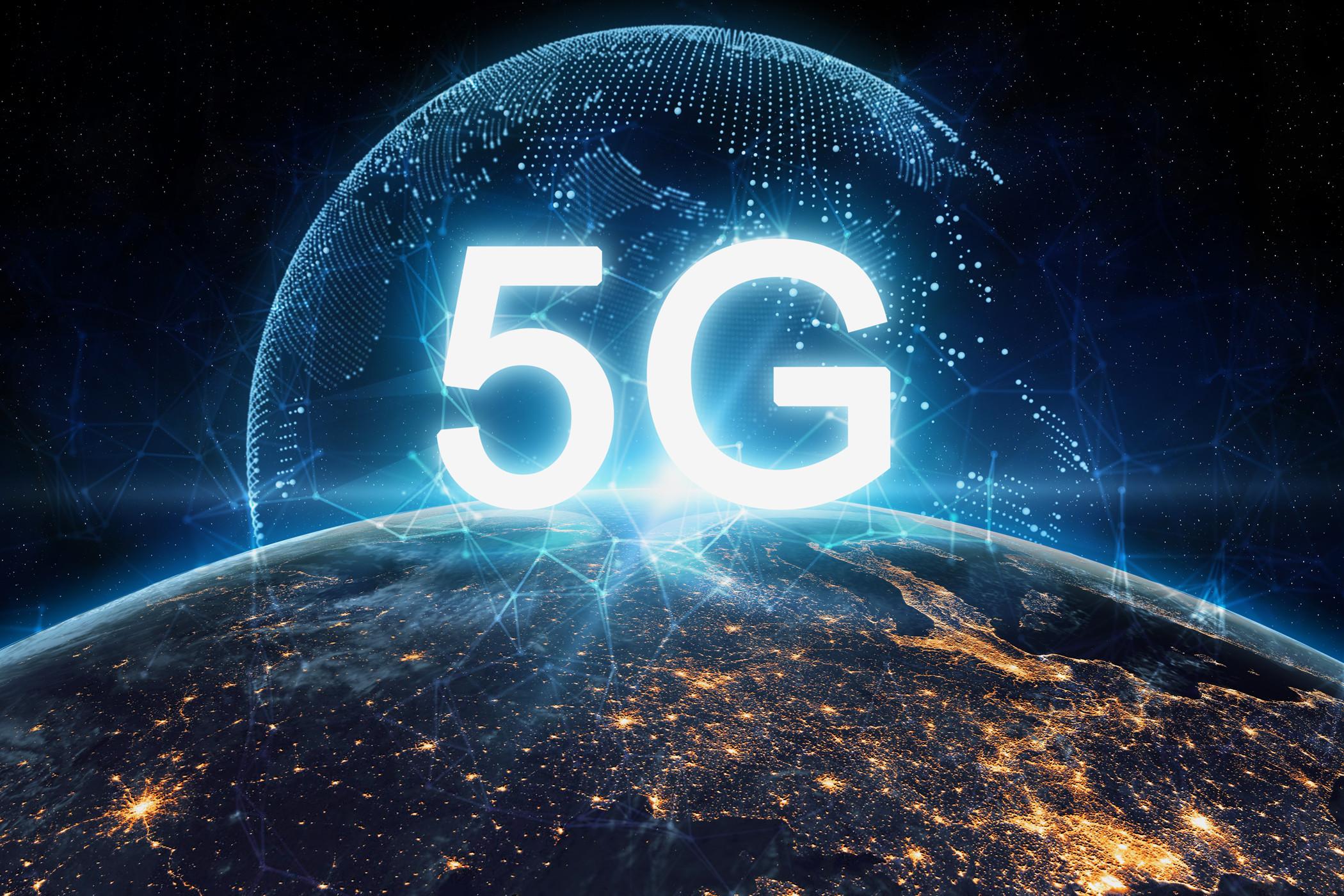 Napis 5G nad Ziemią, w tle połączenia symulujące internet.