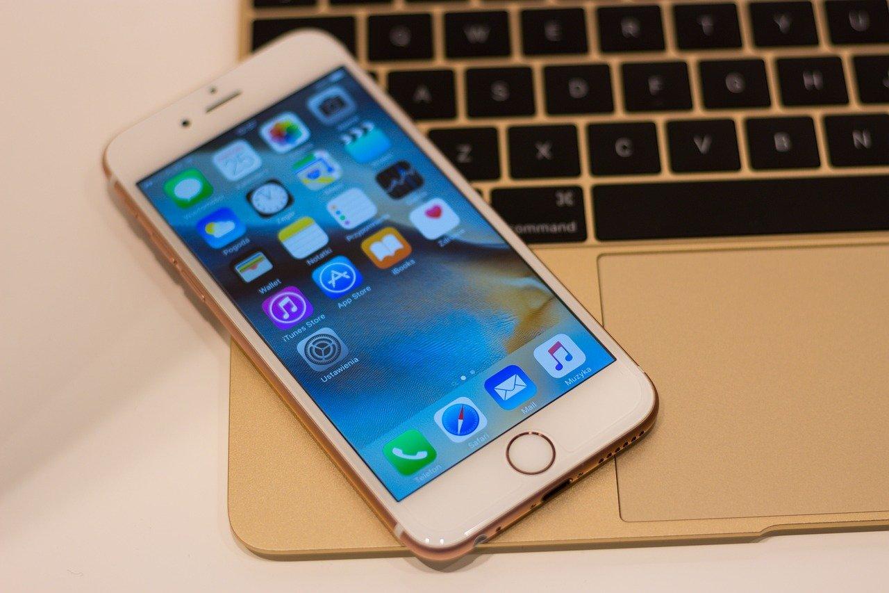 iPhone na laptopie.