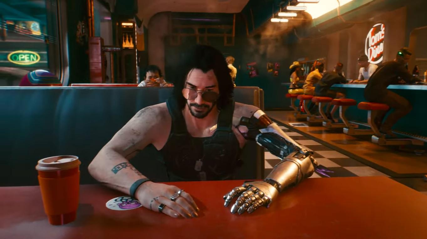 Johnny Silverhand siedzący przy stoliku w knajpie