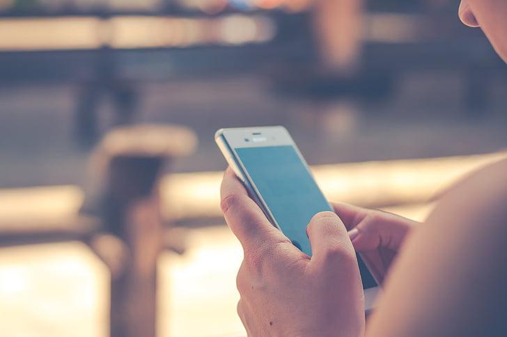 Smartfon w rękach kobiety.