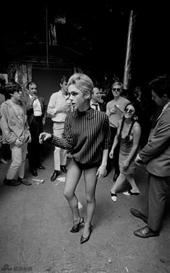 Edie sedgwick dancing at andy warhol s party by bob adelman  1965