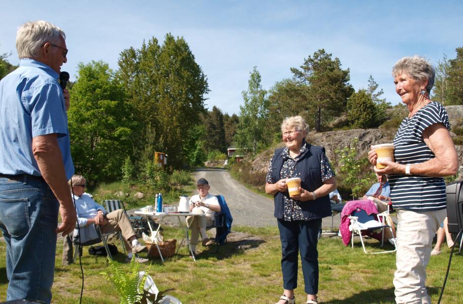 Marit og Ingeborg Helene fikk honning som takk.