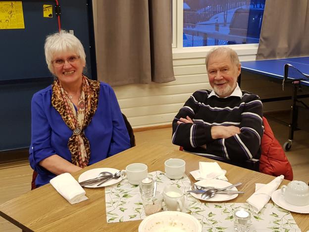 Ruth og Osvald Andreassen. God og mett med gamle matretter. Foto: Gerd Eide Pettersen.