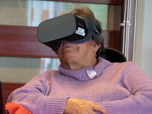 For mange er det vanskelig eller umulig å reise fysisk, men nå kan de fortsette å oppleve nye steder og aktiviteter gjennom VR-brillene.  Foto: VilMer