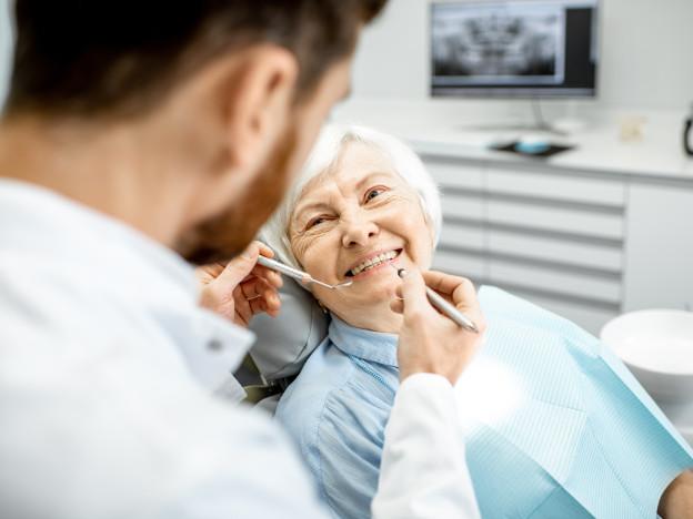 Tannhelsen henger sammen med resten av helsen. Pensjonistforbundet vil at det offentlige skal dekke munn- og tannbehandling for eldre. (Illustrasjonsfoto: iStock)