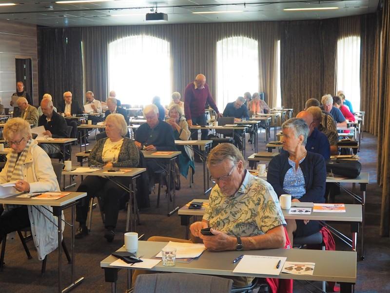 En dispilinert årsmøtesal med god avstand mellom deltakerne.
